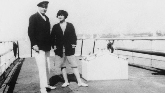 Coco Chanel et le Duc de Westminster sur le Flying Cloud dans la baie de Cannes